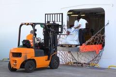 Bolsos de la carga de los trabajadores en el barco de cruceros del pasajero Fotografía de archivo