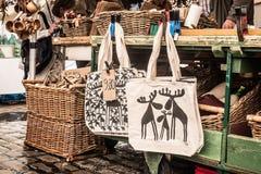 Bolsos de la materia textil en la calle Fotos de archivo libres de regalías