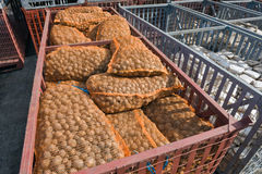 Bolsos de la patata en los envases Imagenes de archivo