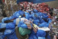 Bolsos de los desperdicios en la planta de reciclaje Foto de archivo libre de regalías