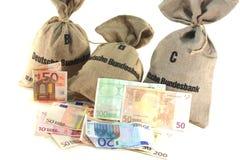 Bolsos del dinero con euros Fotos de archivo