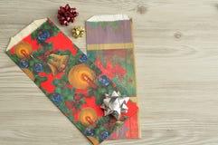 Bolsos del regalo de la Navidad con una variedad de arcos Fotos de archivo