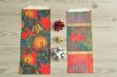 Bolsos del regalo de la Navidad con una variedad de arcos Imagenes de archivo