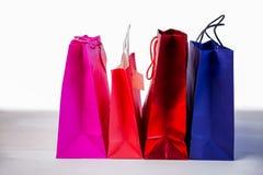 Bolsos del regalo en la tabla Foto de archivo