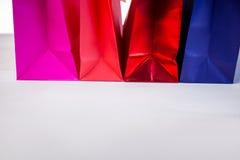 Bolsos del regalo en la tabla Imagenes de archivo