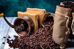 Bolsos del yute con los granos y la amoladora de café Fotografía de archivo libre de regalías