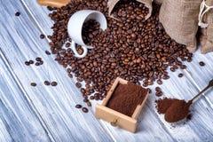 Bolsos del yute con los granos y la amoladora de café Imagen de archivo