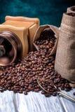 Bolsos del yute con los granos y la amoladora de café Fotos de archivo libres de regalías