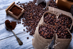 Bolsos del yute con los granos y la amoladora de café Foto de archivo libre de regalías