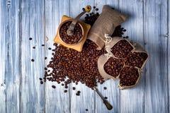Bolsos del yute con los granos y la amoladora de café Fotos de archivo