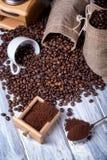 Bolsos del yute con los granos y la amoladora de café Imagenes de archivo