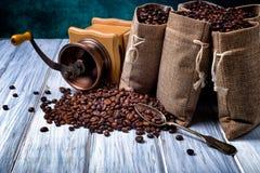 Bolsos del yute con los granos y la amoladora de café Imagen de archivo libre de regalías