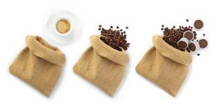 Bolsos del yute de los granos de café con una taza y las cápsulas Fotografía de archivo libre de regalías