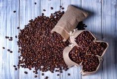 Bolsos del yute llenados de los granos de café Imagen de archivo libre de regalías