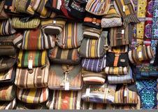Bolsos en la parada del mercado foto de archivo libre de regalías