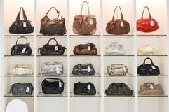 Bolsos en tienda Foto de archivo libre de regalías