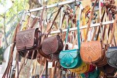 Bolsos en un mercado Fotos de archivo