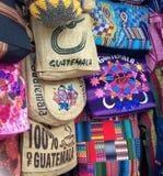 Bolsos en un mercado de Guatemala fotografía de archivo