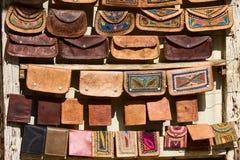 Bolsos hechos a mano en un mercado indio. Foto de archivo libre de regalías