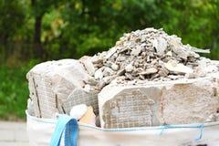Bolsos llenos de los escombros de la ruina de la basura de la construcción foto de archivo
