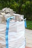 Bolsos llenos de los escombros de la ruina de la basura de la construcción Foto de archivo libre de regalías