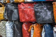 Bolsos, maletas, monederos y bufandas en la tienda de las mercancías y de los accesorios de cuero Fotografía de archivo libre de regalías