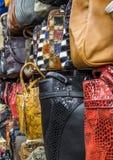 Bolsos, maletas, monederos y bufandas en la tienda de las mercancías y de los accesorios de cuero Foto de archivo