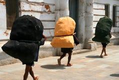 Bolsos pesados que llevan Foto de archivo