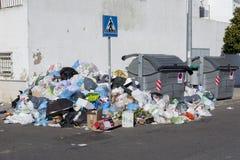 Bolsos por completo de los contenedores circundantes de la basura, opinión de ángulo imágenes de archivo libres de regalías