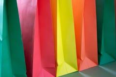 Bolsos que hacen compras de papel con las manijas en fondo verde Maqueta para el dise?o imágenes de archivo libres de regalías