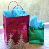 Bolsos y árboles brillantes del regalo de la Navidad Fotografía de archivo