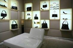 Bolsos, zapatos y vidrios en almacén Fotografía de archivo libre de regalías