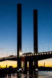 Bolte mosta ruch drogowy przy półmrokiem Zdjęcie Stock