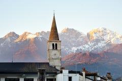 Bolzano, Południowy Tyrol, Włochy - widok dzwonkowy wierza i dolomit góry obrazy royalty free