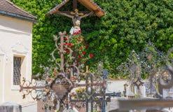 Bolzano, Varna en el Tyrol del sur, Italia, puede 25, 2017: pequeño cementerio situado en los di regulares de Abbazia del monaste Fotografía de archivo
