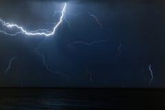 Bolzen der Beleuchtung in einem nächtlichen Himmel Stockfotografie