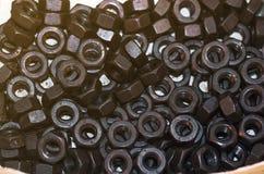 Bolzen und Nüsse auf Glastisch in der Industrie bereiten sich für Reparatur wor vor Stockbild