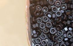Bolzen und Nüsse auf Glastisch in der Industrie bereiten sich für Reparatur wor vor Lizenzfreie Stockbilder