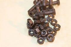 Bolzen und Nüsse auf Glastisch in der Industrie bereiten sich für Reparatur wor vor Stockfotos