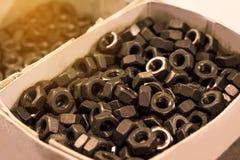 Bolzen und Nüsse auf Glastisch in der Industrie bereiten sich für Reparatur wor vor Stockfotografie