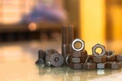 Bolzen und Nüsse auf Glastisch in der Industrie bereiten sich für Reparatur wor vor Stockfoto