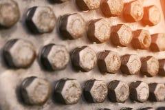 Bolzen und Nüsse in der Maschinerie für Reparatur und Service der alte Zustand Schaden von Bolzen und von Nüssen der Maschinenaus Lizenzfreie Stockbilder