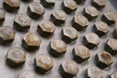 Bolzen und Nüsse in der Maschinerie für Reparatur und Service der alte Zustand Schaden von Bolzen und von Nüssen der Maschinenaus Stockfotografie