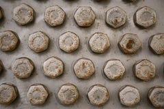 Bolzen und Nüsse in der Maschinerie für Reparatur und Service der alte Zustand Schaden von Bolzen und von Nüssen der Maschinenaus Stockfotos