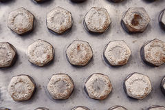 Bolzen und Nüsse in der Maschinerie für Reparatur und Service der alte Zustand Schaden von Bolzen und von Nüssen der Maschinenaus Stockbild