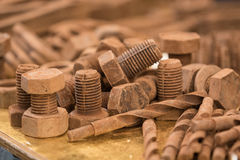 Bolzen und Nüsse mit Schokolade lizenzfreie stockfotografie
