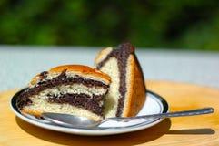 Bom bolo na tabela imagens de stock