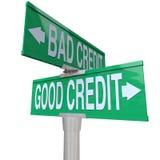 Bom contra o crédito ruim - sinal de rua em dois sentidos Foto de Stock Royalty Free
