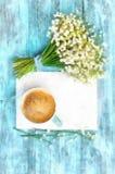 Bom dia da aquarela na caneca de café rústica de turquesa com o ramalhete de notas de Lily Of The Valley And das flores Foto de Stock Royalty Free