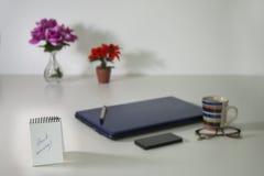 Bom dia escrito no caderno sobre o fundo da vida do negócio ainda Foto de Stock